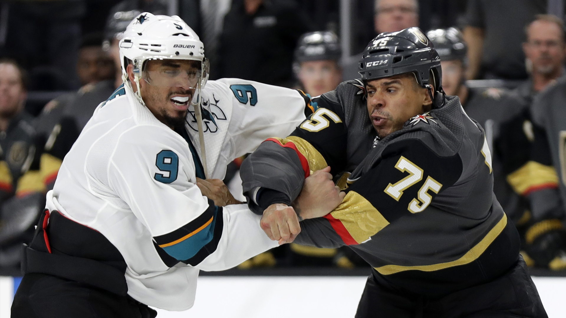 6d726151bfef8 Kane naložil Reavesovi ako nik! Vysmial jeho hokejové IQ aj bitkárske  schopnosti + VIDEO | NHL.sk